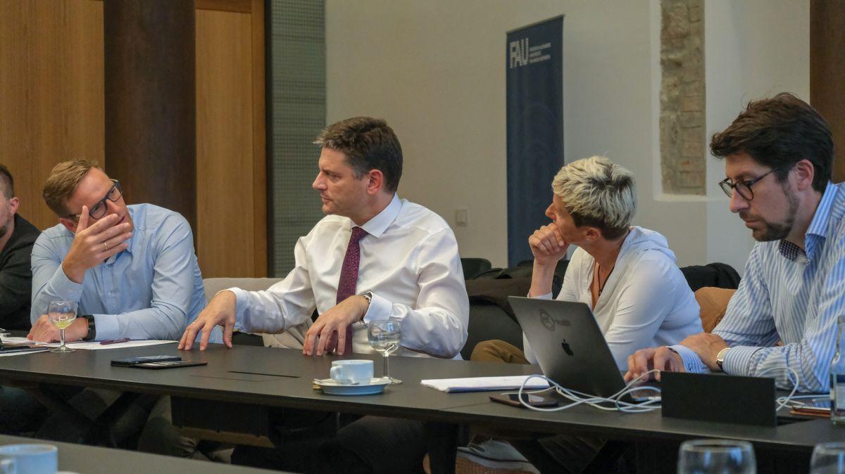 CSU-Stadtratsfraktion Erlangen im Gespräch mit der Leitung unserer Universität (von links): CSU-Fraktionsvorsitzender Jörg Volleth, FAU-Präsident Prof. Dr. Joachim Hornegger, Prof. Dr. Bärbel Kopp, Dr. Kurt Höller.