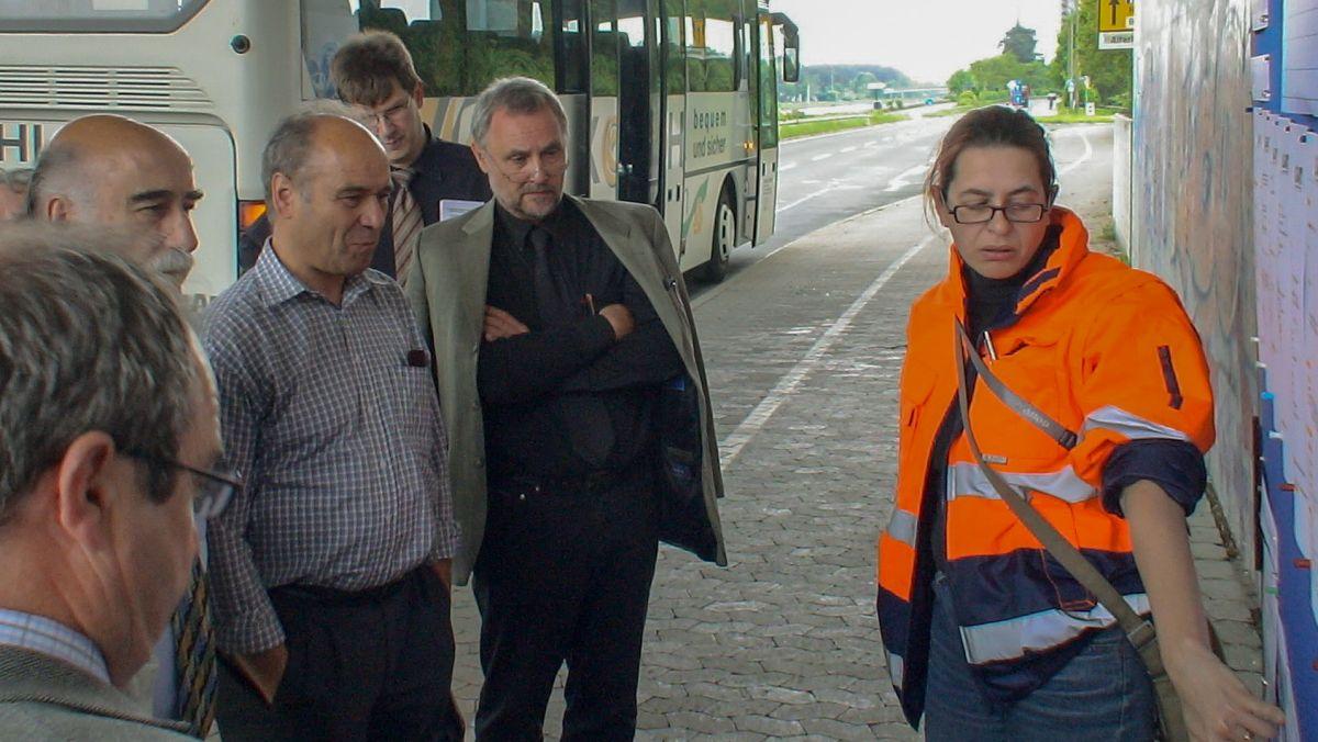 Legendär: die Ortsbesichtigungen des Bauausschusses mit dem Vorsitzenden Klaus Könnecke und Baureferent Egbert Bruse, hier im Mai 2006 mit Erläuterungen zum Sanierungsbedarf von Brücken.