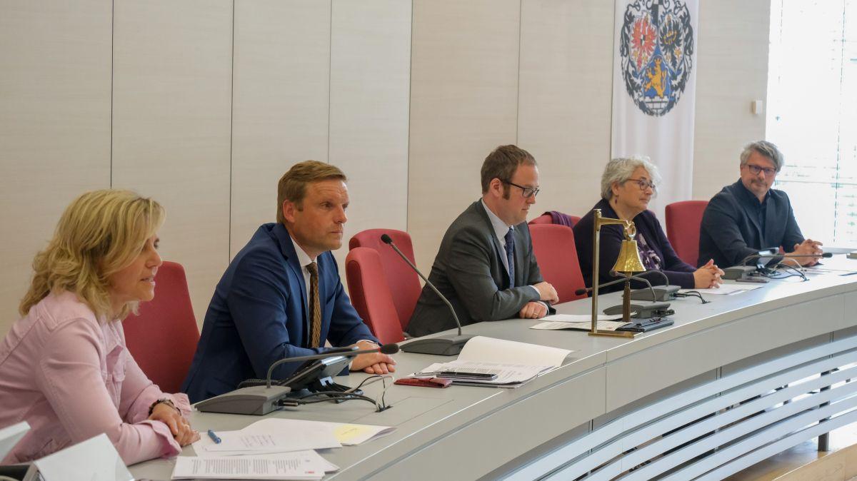 CSU und SPD wollen gemeinsam gestalten: Alexandra Wunderlich, Jörg Volleth, OB Dr. Florian Janik, Barbara Pfister, Dieter Rosner (von links).